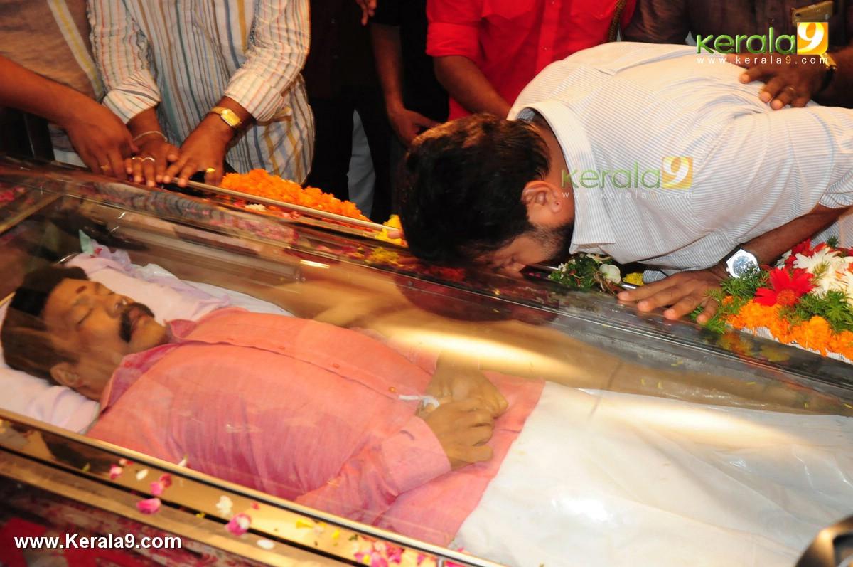 Jayaram At Kalabhavan Mani Funeral Photos 063 00687