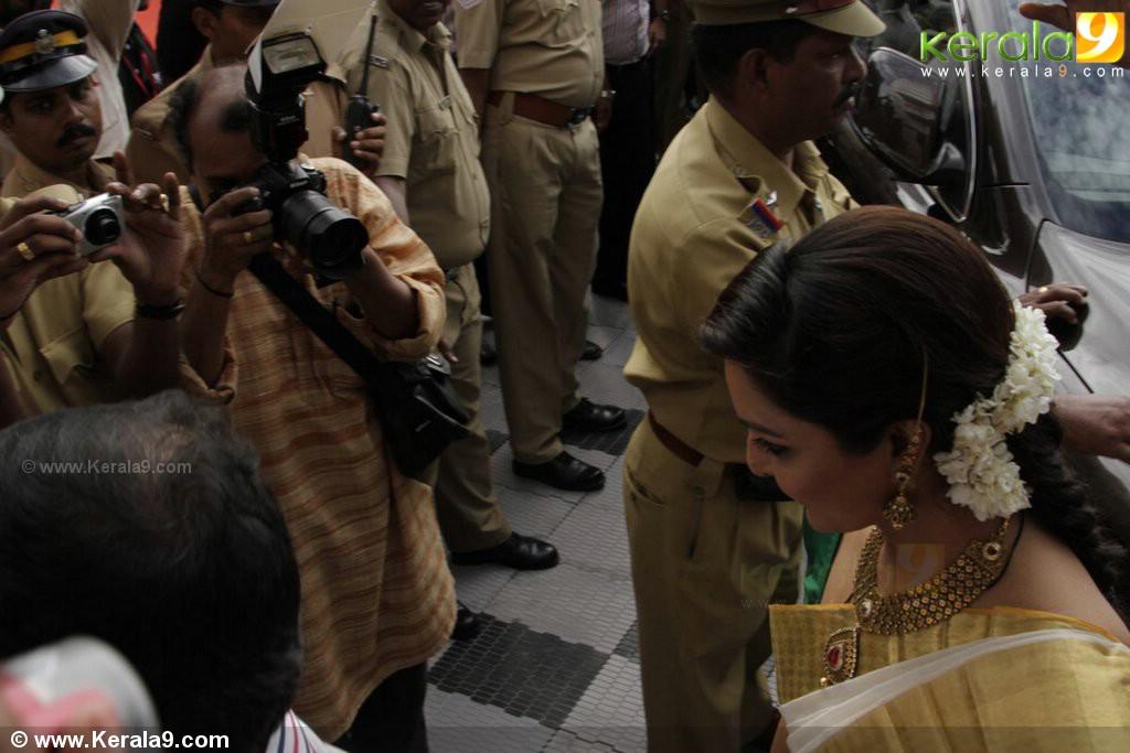 7708manju warrier and aiswarya rai at kalyan jewellers new showroom