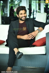 allu arjun at yodhavu movie press meet in kerala stills 400 005