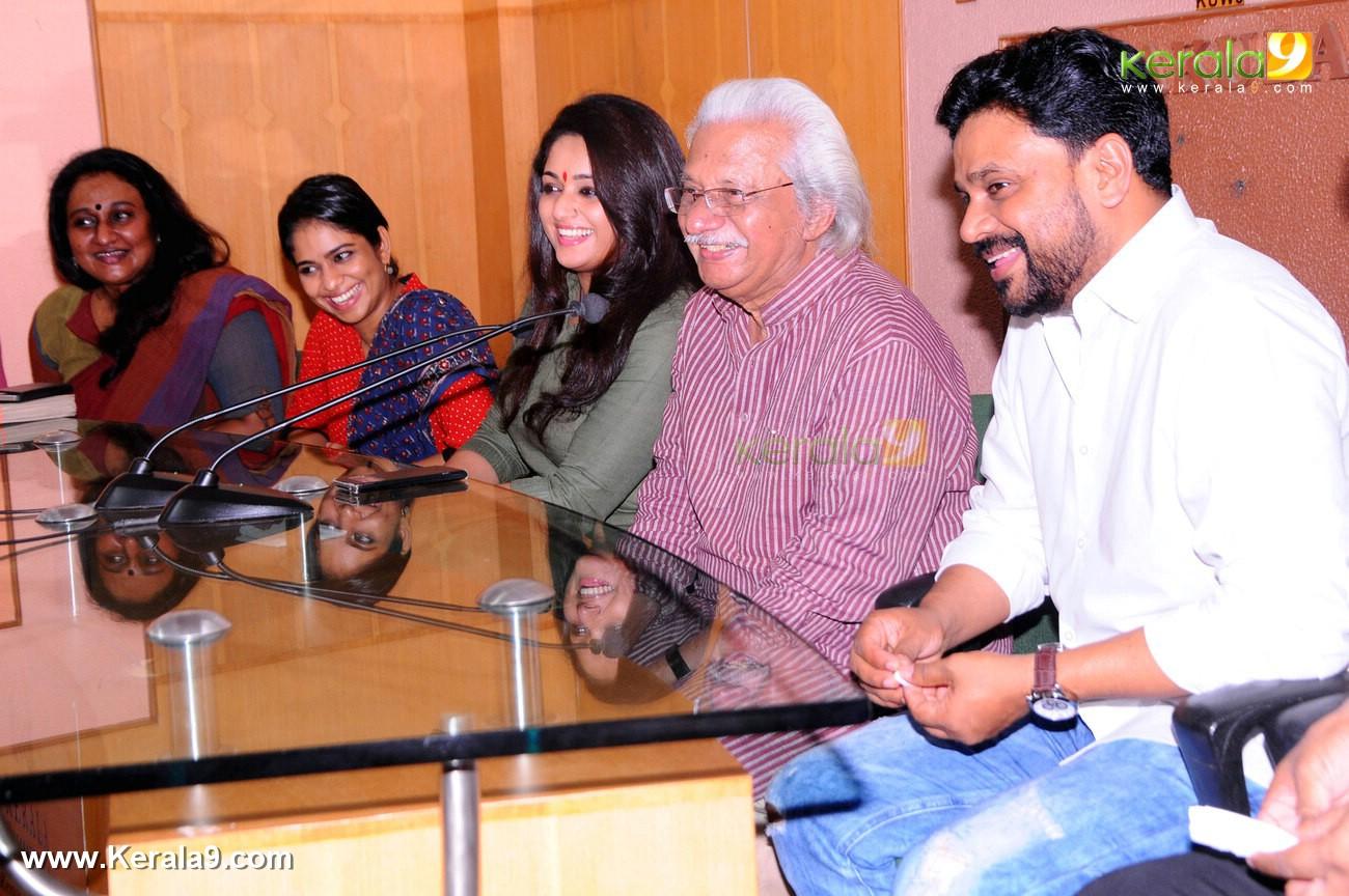 dileep kavya madhavan movie pinneyum announcement photos 029 002