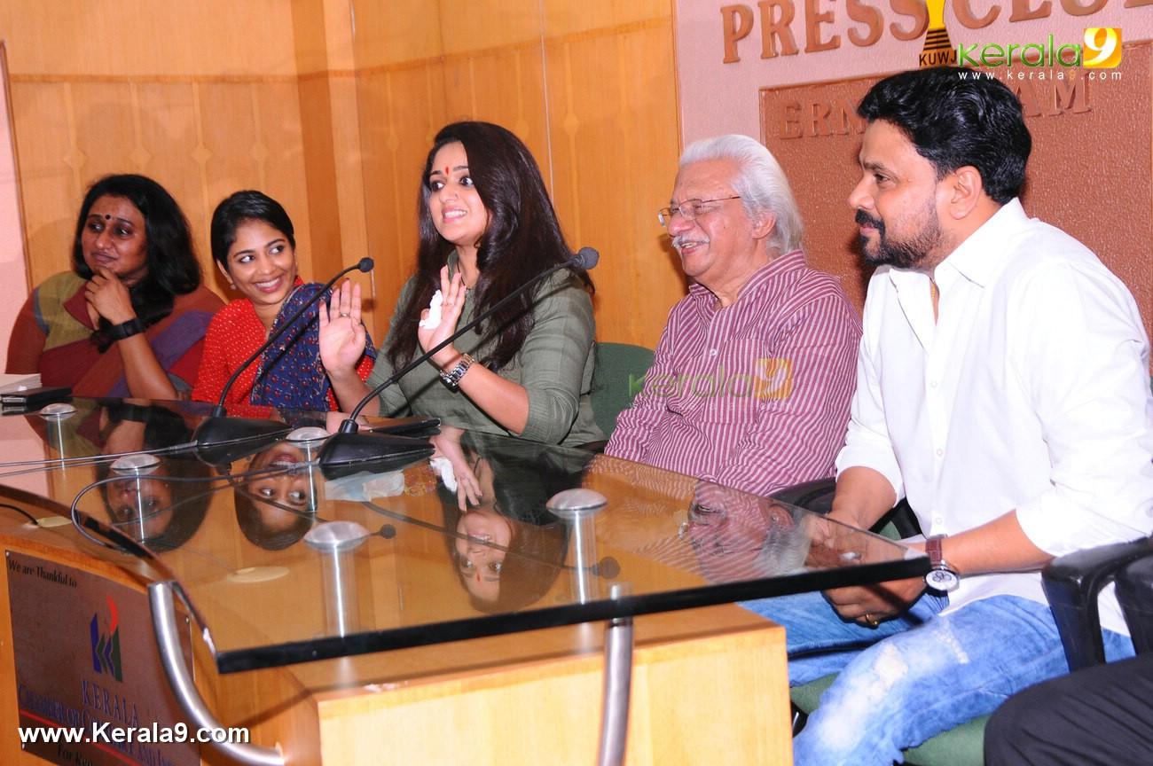 dileep kavya madhavan movie pinneyum announcement photos 029 008