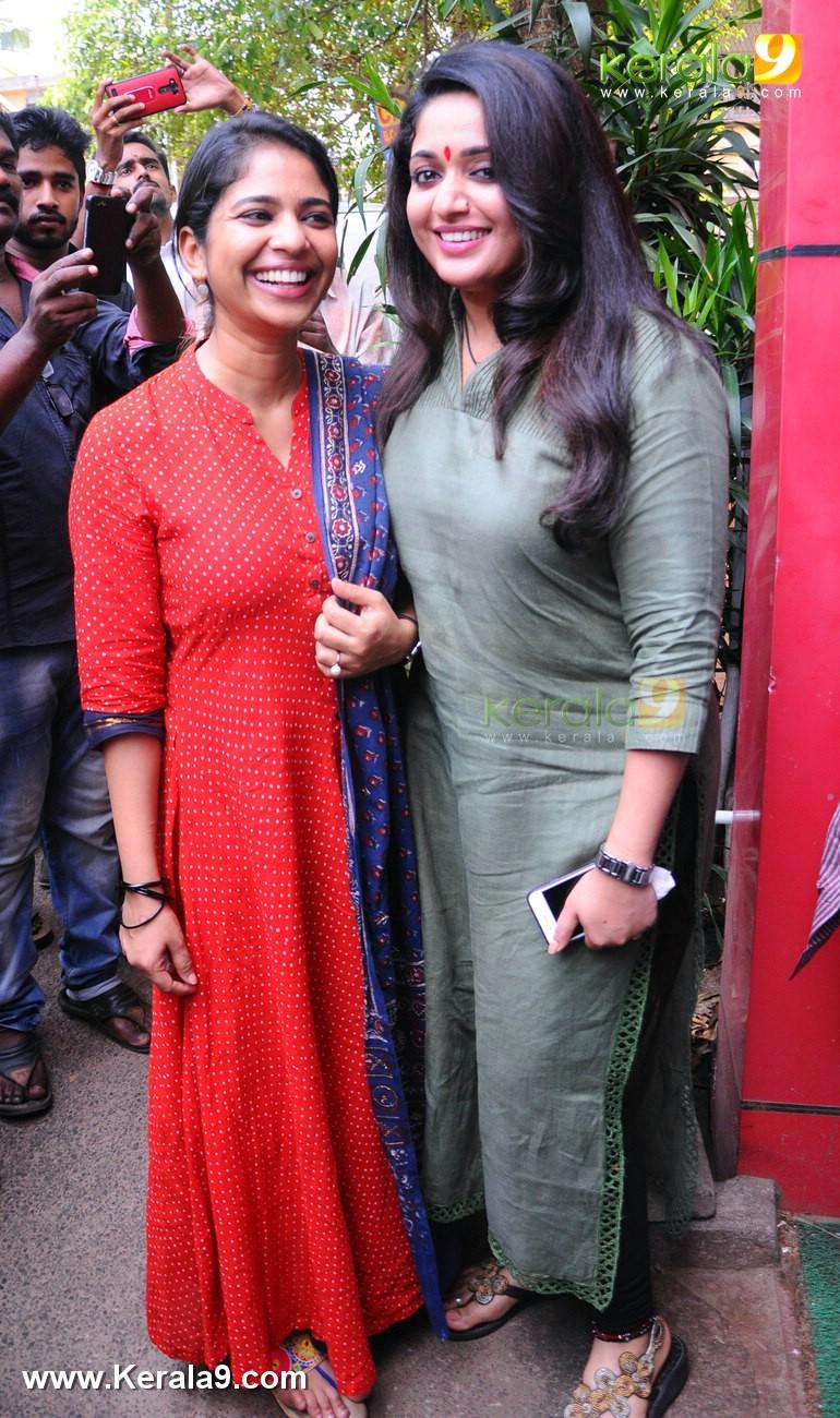 dileep kavya madhavan movie pinneyum announcement photos 029 018