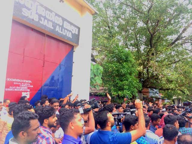 dileep walks out of aluva sub jail photos (3)