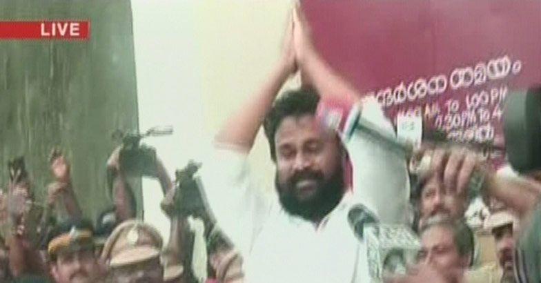 dileep walks out of aluva sub jail photos (4)