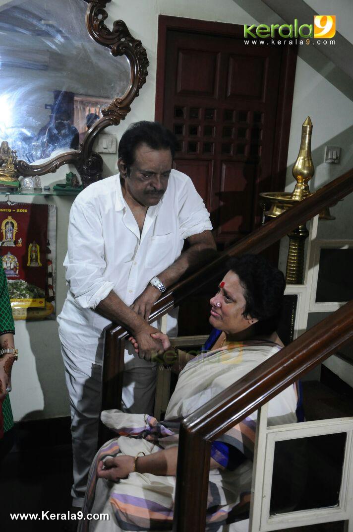 Seema at director I V Sasi funeral photos 00119 - Kerala9.com