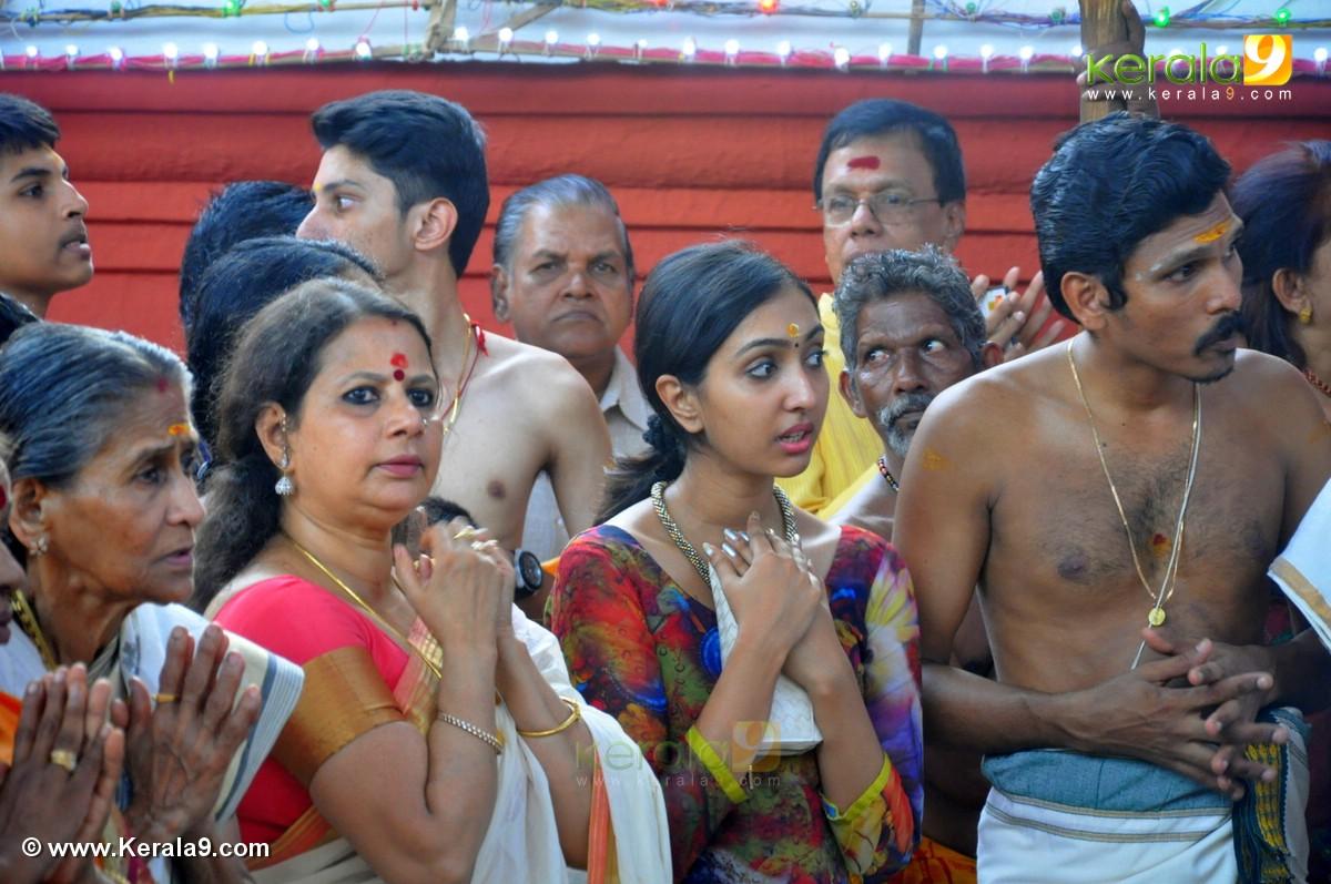 uthara unni at guruvayur temple festival 2016 photos 093 008