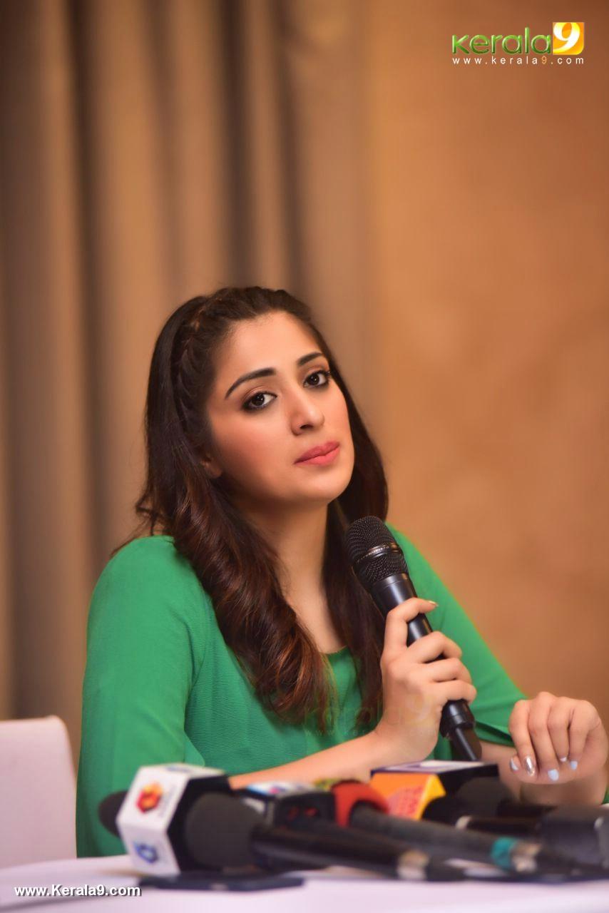 raai laxmi at julie 2 movie press meet in kerala pictures 333 002