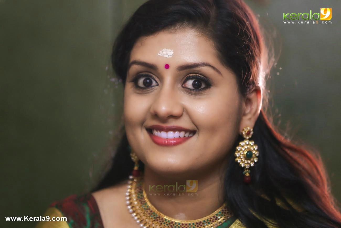 actress sarayu engagement photos 0924