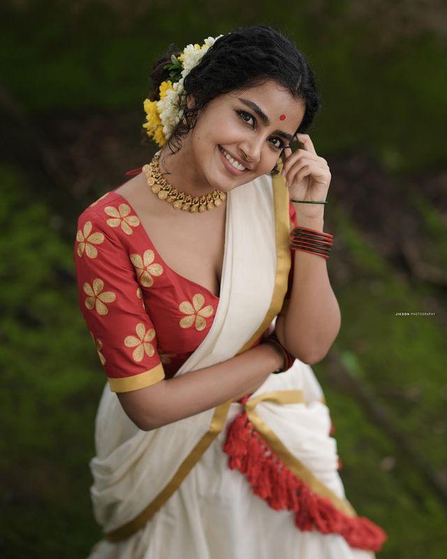 Anupama-Parameswaran-latest-onam-photos-in-kerala-sree-2021-001