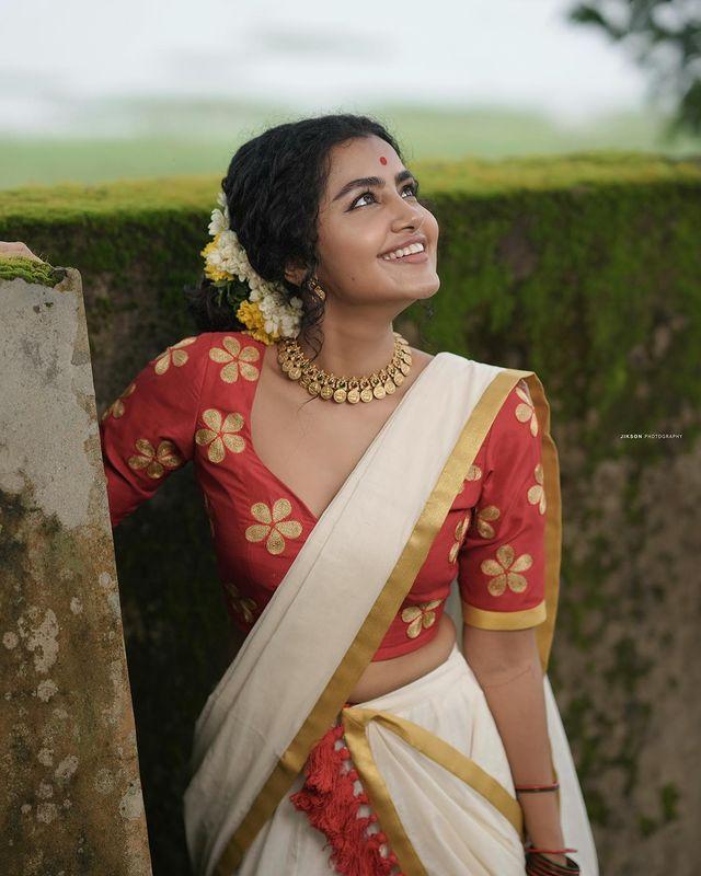 Anupama-Parameswaran-latest-onam-photos-in-kerala-sree-2021-004