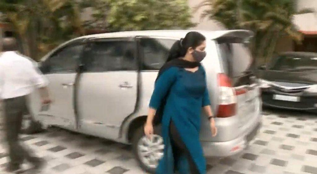 kavya madhavan at court 09 - Kerala9.com